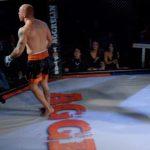 Luchador de artes marciales mixtas agrede a un árbitro