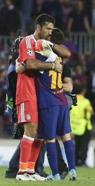 El abrazo de Messi y Buffon