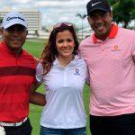 Carlos Pavón juega golf con la periodista Adriana Monsalve