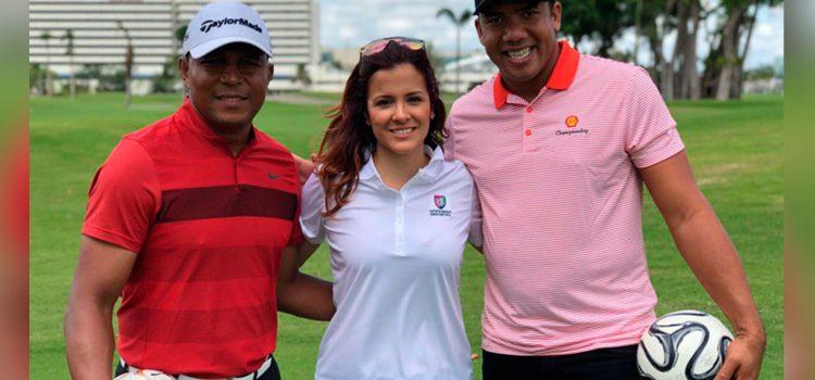 Carlos Pavón juega golf con periodista Adriana Monsalve