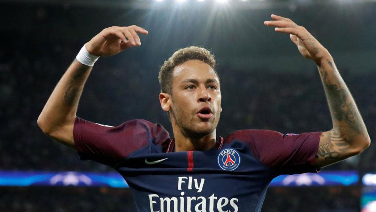 Hinchas de Bayern Munich lanzan billetes de 500 euros a Neymar