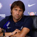La reacción de Antonio Conte al recibir una camiseta firmada por Mourinho