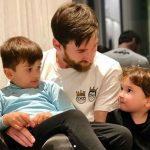 """¡Qué ternura de foto! Messi """"charlando"""" con sus hijos"""