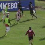 Futbolista saca el banderín del corner para defenderse de agresiones (Vídeo)