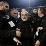 Presidente del PAOK pide «disculpas» por entrar a la cancha con una pistola