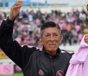 Utilero de 82 años es desnudado y humillado por futbolistas de su equipo