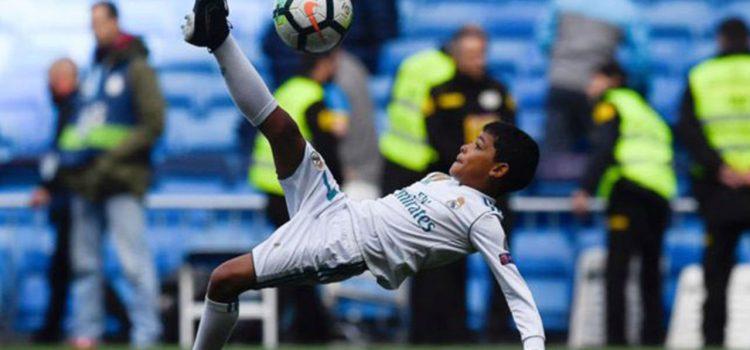 Cristiano Junior imita la chilena de su papá en el Bernabéu