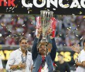 Jugadores bañan de tequila a Matías Almeyda tras ganar la Concachampions