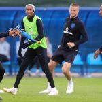 Inglaterra se relaja con gallinas de hule antes de enfrentar a Croacia