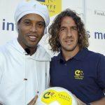 Los genios son así: Ronaldinho intenta «humillar» a Puyol (VÍDEO)