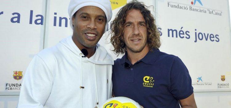 """Los genios son así: Ronaldinho intenta """"humillar"""" a Puyol"""