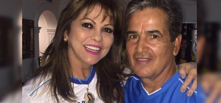 Acusan a esposa del técnico Jorge Luis Pinto de fraude