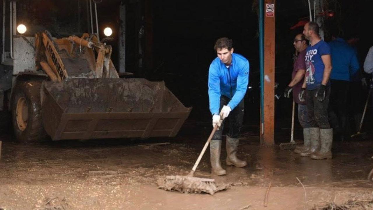 Rafael Nadal hace limpieza tras inundaciones de Mallorca