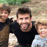 Los hijos de Shakira y Piqué se divierten jugando en el lodo
