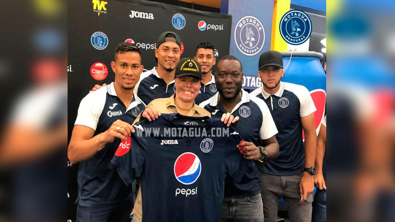 Bombero y héroe nacional Ever Velásquez firmó autógrafos con Motagua