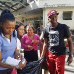 Boniek García lleva comida y ropa a pacientes del Hospital Escuela