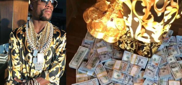 La última excentricidad de Mayweather: Presumir de fajos de billetes, joyas y un cáliz de oro (VÍDEO)