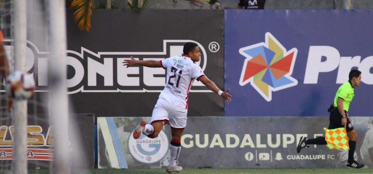 Con goles hondureños Alajuelense se impone 3-0 sobre Guadalupe