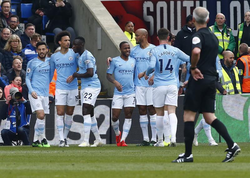 Manchester City vence al Crystal y presiona al Liverpool