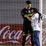 Gran gesto del portero de Peñarol con aficionado rival (VÍDEO)