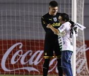 Admirable gesto del portero de Peñarol con un aficionado rival (VÍDEO)