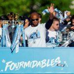 Jugadores del Manchester City destrozan el trofeo de campeones (VÍDEO)