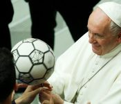 """Papa Francisco: """"Que la belleza del fútbol no termine en negocios financieros"""""""