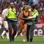 Rubia en bikini detiene la final de Champions League (VÍDEO)