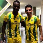 Rubilio Castillo y Jonathan Rubio posan juntos con la camiseta del Tondela de Portugal