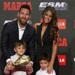 Lionel Messi recibe de manos de sus hijos su sexta Bota de Oro (VÍDEO)