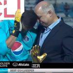 Eduardo Atala consuela a Jonathan Rougier al entregarle premio a mejor portero de la Liga Concacaf