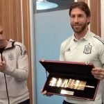Sergio Ramos recibe el brazalete de oro como «gran capitán» de la selección española