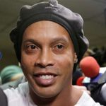 Ronaldinho seguirá encarcelado tras rechazo a arresto en mansión millonaria