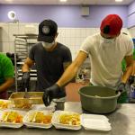 Los argentinos Bruno Volpi y Esteban Espíndola del Marathón reparten comida en crisis de COVID-19 (FOTOS Y VÍDEO)