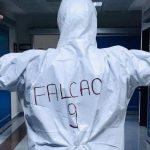 Médico turco porta el «9» de Falcao en su traje de seguridad tras donación del futbolista al hospital