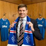 Steven Gerrard, cumple 40 años y espera el banquillo del Liverpool