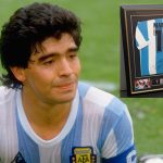 Diego Maradona regala réplica de camiseta que usó en México 86