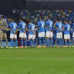 Jugadores del Nápoles saltan al campo con la «10» de Maradona