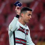 Recaudan 64.000 euros por el brazalete que Cristiano Ronaldo tiró al césped en Belgrado