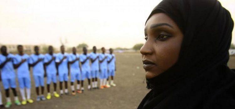Una mujer entrenadora de hombres hace historia en el fútbol de Sudán