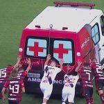 ¡Insólito! Futbolistas empujan ambulancia que se varó en la cancha