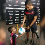 Roger Rojas guardó el balón del triplete y se lo regaló a su hijo