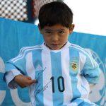 La guerra echa de casa al niño afgano famoso por su camiseta de Messi