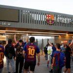 Aficionados del Barcelona irrumpen en el Camp Nou en protesta por la marcha de Messi
