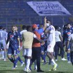 Pedro Troglio se descontroló e ingresa a la cancha a reclamar la expulsión de Deybi Flores